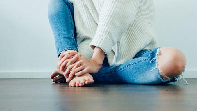 Módní kousek díry na kolenou