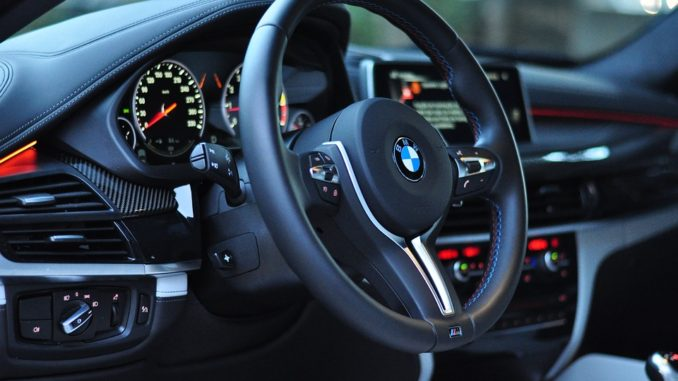 BMW X6 jako nejčernější auto světa. Jeho nátěr pohlcuje světlo
