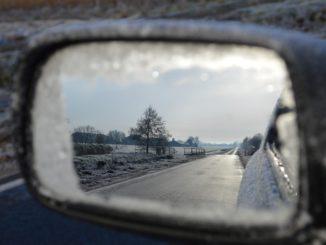 S prvními mrazíky přichází problémy se startováním aut. Co ráno raději nedělat?