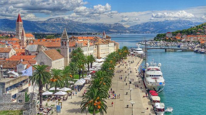 Chorvatsko plné lidí. Jezdí se vlakem i osobním vozidlem
