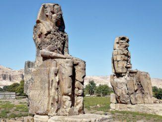 Memnonovy kolosy: monumentální sochy starověkých Théb